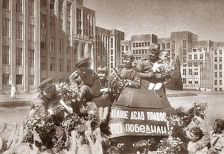 Встреча советских воинов-освободителей в Минске, 15 мая 1945 г.