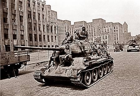 Колонна советских танков проходит по улицам Минска. 3 июля 1944 г.