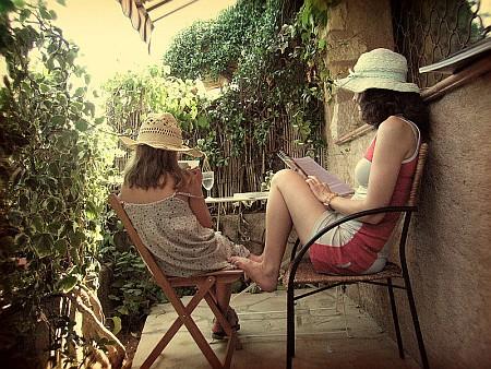 Удовольствие во дворике под солнцем