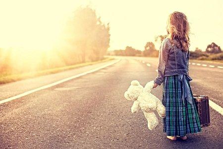Девочка с медведем на дороге