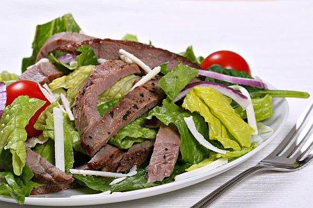 С мясом и салатом